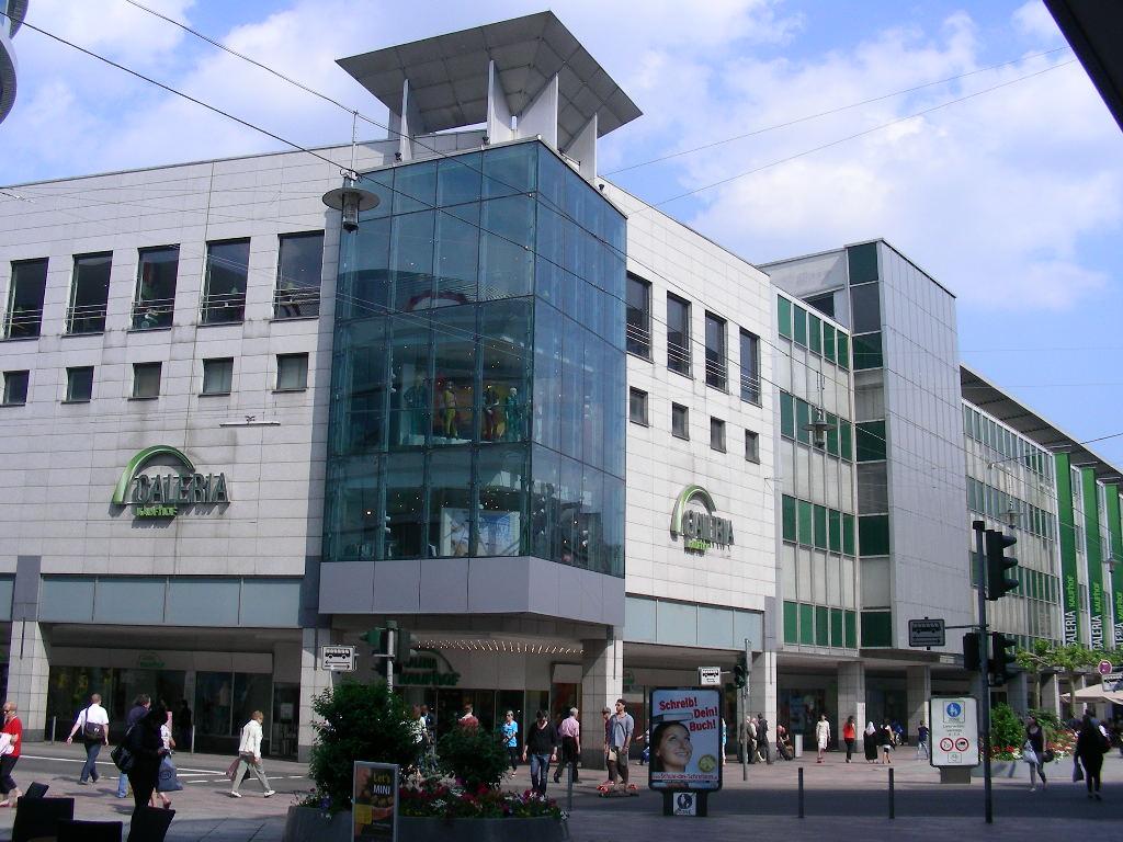 0b923bc037d54 La maison est situé juste au coeur de la ville. Le magasin offre des 19.000  mêtres en carré de surface de vente.Sur quatre étages Galeria Kaufhof ...